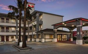 Red Roof PLUS+ Galveston – Beachfront