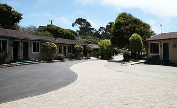 Sea Breeze Inn & Cottages
